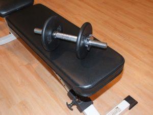 Plan gymbänk med hantel